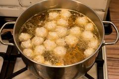 Soupe avec des boulettes de viande dans la casserole sur le fourneau photos stock