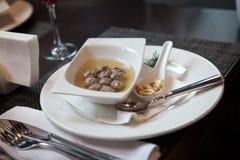 Soupe avec des boulettes de viande dans un plat de porcelaine blanc Photographie stock libre de droits