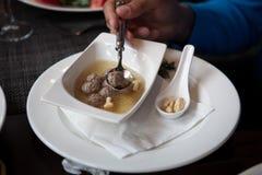 Soupe avec des boulettes de viande dans un plat de porcelaine blanc Photographie stock