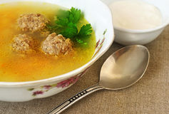 Soupe avec des boulettes de viande dans une cuvette Image stock