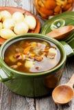 Soupe avec des champignons de chanterelle Photographie stock
