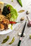 Soupe avec des fruits de mer, des nouilles et des légumes dans un plat blanc Images libres de droits
