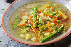Soupe avec du boeuf, l'asperge, les pois, les carottes et le céleri image libre de droits