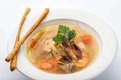 Soupe avec la crevette dans un plat blanc Photographie stock libre de droits