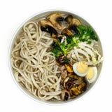 Soupe avec la vue supérieure de champignons, de nouilles, d'oignons et d'oeufs sur un fond blanc Photos libres de droits
