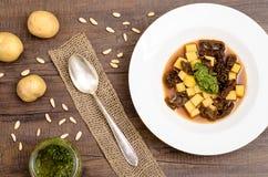 Soupe avec le bouillon végétal, les pommes de terre et les tomates sèches Photographie stock libre de droits