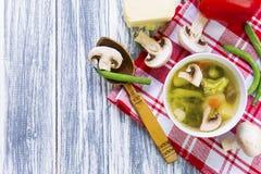 Soupe avec le brocoli, les légumes et les champignons Photos stock
