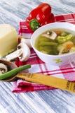Soupe avec le brocoli, les légumes et les champignons Photo libre de droits