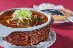 Soupe avec le chou dans un plat en osier Image libre de droits