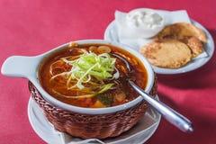 Soupe avec le chou dans un plat en osier Image stock