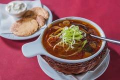 Soupe avec le chou dans un plat en osier Photographie stock
