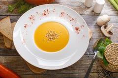 Soupe avec le potiron et les écrous photos libres de droits