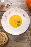 Soupe avec le potiron et les écrous images stock