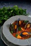 Soupe bouillie à moules d'un plat gris photo stock