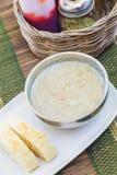 Soupe chaude crémeuse à musroom servie avec du pain sur la table photos stock