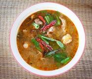 Soupe chaude et aigre à poulet photos stock