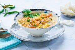 Soupe chaude et aigre à Tom yum - avec des crevettes roses photo stock