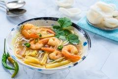 Soupe chaude et aigre à Tom yum - avec des crevettes roses image libre de droits