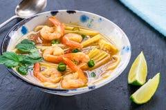 Soupe chaude et aigre à Tom yum - avec des crevettes roses photographie stock libre de droits