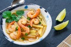 Soupe chaude et aigre à Tom yum - avec des crevettes roses images stock