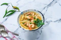Soupe chaude et aigre à Tom yum - avec des crevettes roses photo libre de droits