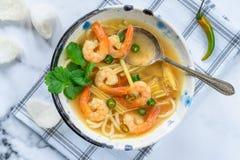 Soupe chaude et aigre à Tom yum - avec des crevettes roses images libres de droits