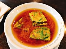 Soupe chaude et aigre thaïlandaise avec l'omelette de pennata de senegalia photos libres de droits