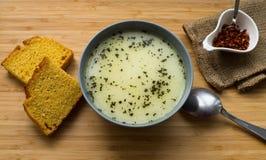 Soupe chaude faite maison dans une cuvette Images libres de droits