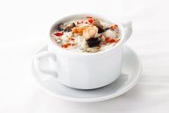 Soupe chinoise à oeufs avec des fruits de mer dans la cuvette blanche Photos libres de droits