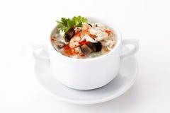 Soupe chinoise à oeufs avec des fruits de mer dans la cuvette blanche Images libres de droits