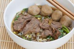 Soupe claire chinoise avec les entrailles et les légumes bouillis images stock