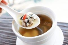Soupe claire par Chinois avec le poulet noir d'os Photographie stock