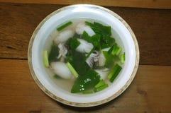 Soupe claire simple de calmar bourrée du porc et du légume hachés Image stock