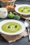 Soupe crème à brocoli images stock