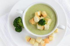 Soupe crème à brocoli, configuration plate images stock