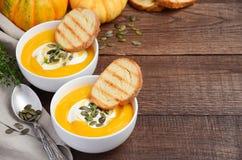 Soupe crème à potiron avec des graines de crème et de citrouille Photo libre de droits