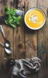 Soupe crème à potiron dans la cuvette avec le basilic et les épices frais Image libre de droits