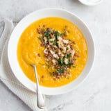 Soupe crème à potiron et à lentille dans la cuvette blanche Photos stock
