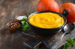 Soupe crème à potiron sur la table en bois rustique Images libres de droits