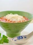 Soupe crème à tomate avec des nouilles Images libres de droits