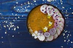 Soupe crème avec des légumes et des fleurs photos stock