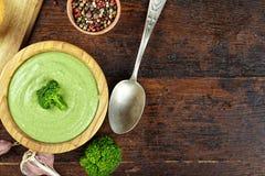 Soupe crème avec le brocoli sur un fond en bois Image libre de droits