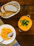 Soupe crème avec les croûtons et l'aneth sur la serviette blanche, fin horizontale  Images stock