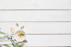 Soupe crème chaude avec le bruscetta sur l'espace libre de table Image libre de droits
