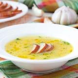 Soupe crème de lentille rouge avec de la viande fumée, canard, poulet Images libres de droits
