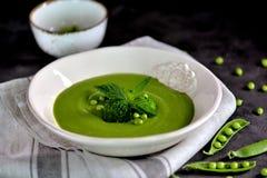 Soupe crème saine des pois frais avec le brocoli et la menthe Photos libres de droits