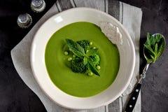Soupe crème saine des pois frais avec le brocoli et la menthe Image stock