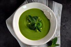 Soupe crème saine des pois frais avec le brocoli et la menthe Images stock