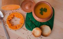 Soupe crème végétarienne d'un potiron avec des pains grillés Photos libres de droits