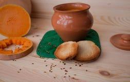 Soupe crème végétarienne d'un potiron avec des pains grillés Photographie stock